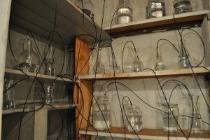 Mange glas med vand og trykluft, lydinstallation i Svends Bibliotek København 2014